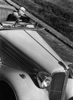 Robert Doisneau - Helene Boucher au volant d'une V