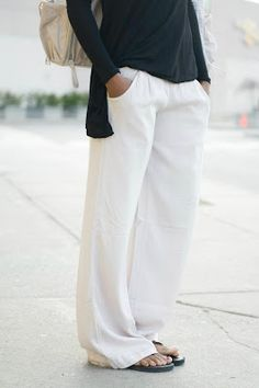classic slouchy white linen pants with black and flip flops, love this // pretty much my favorite outfit Style Outfits, Latest Outfits, Casual Outfits, Cute Outfits, Casual Pants, Cochella Outfits, Outfit Styles, Comfy Pants, Lounge Pants