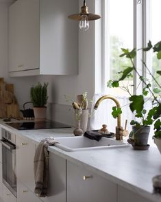 """my scandinavian home har delat ett foto på Instagram: """"Spending a few days at the summer cottage 💚. I love pottering around in the kitchen, it feels extra…"""" • Visa 1,967 foton och videor i hens profil. Basic Kitchen, Narrow Kitchen, Nordic Home, Scandinavian Home, Home Office, Kitchen Design, Kitchen Decor, Swedish Style, Cabins In The Woods"""