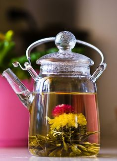 blooming tea in a clear glass teapot Glass Teapot, Tea Benefits, Flower Tea, Tea Art, Tea Blends, Tea Ceremony, Tea Recipes, Kraut, High Tea