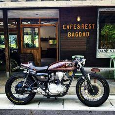 New bobber motorcycle sportster motorbikes ideas Kawasaki Cafe Racer, Kawasaki Motorcycles, Cool Motorcycles, Triumph Motorcycles, Vintage Cafe Racer, Vintage Bikes, Motos Retro, Bicycle Cafe, Scrambler Custom