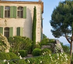 jardins du Luberon, love the shutters! Green Shutters, House Shutters, Exterior Design, Interior And Exterior, Beautiful Homes, Beautiful Places, Pintura Exterior, Provence France, Luberon Provence