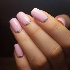 Очень нежный розовый лунный маникюр с блесточками.