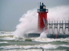 Una imagen que transmite como pocas la fuerza de los elementos, frente a un bonito faro rojo, tambien en Michigan | Usuario de Flickr Sarah Spaulding