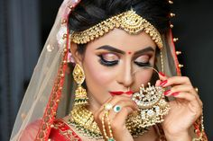 There are endless ways to nail your perfect bridal eye makeup look! Here are our favourite bridal makeup looks for you to choose from! Bridal Eye Makeup, Bridal Makeup Looks, Hd Makeup, Makeup Videos, Enchanted Bridal, Royal Purple Color, Butterfly Eyes, Bronze Eye Makeup, Best Makeup Artist