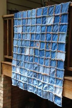 blue jean rag quilt diy For all of the boys jeans that have holes! The post blue jean rag quilt diy For all of the boys jeans that have holes! appeared first on Blue Jeans. Tutorial Rag Quilt, Rag Quilt Instructions, Blog Couture, Diy Couture, Creation Couture, Jean Crafts, Denim Crafts, Artisanats Denim, Denim Rug