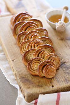 קינוח מושלם לכל שולחן! עוגת שמרים שושנים ודבש רכה וטעימה במלית עדינה של קינמון. במראה קוצר מחמאות ובטעם שמשאיר מקום לעוד.