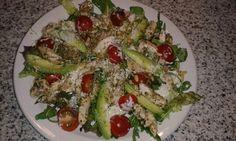Kip pesto maaltijd salade: op een bedje van rucola melange kerstomaatjes halveren, 1 avocado in partjes, pijnboompitjes geroosterd in droge pan. Kipfilet reepjes gerookt of zoals ik gedaan heb gewoon  kipfilet in reepjes knippen en bakken in twee theelepels groene pesto. Alfafa in het midden van de salade toevoegen. Event. Komkommer  toevoegen. Afmaken  met dressing bestaande uit: 3 theelepels groene pesto, 1 dl. Yoghurt, 1 flinke eetlepel mayonaise, peper en zout.