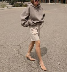 Купить на распродаже: тренды, которые будут актуальны летом 2021 – Woman Delice #тренды2021 #лето2021 #распродажи #летниеплатья2021 #гардероб #летнийгардероб #женскиеплатья Casual Street Style, Casual Chic, Neutral Pumps, Paws T Shirt, Nude Outfits, Leopard Heels, Haute Couture Dresses, Instagram Outfits, Professional Women
