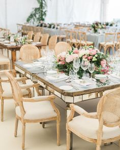 Otra de las imágenes de @victor.... donde se aprecia la combinación de mesas con sillerías de roble decapado con flores primaverales. . . . . . . #destinationwedding #bodas2017 #wedding2017 #pedronavarroweddings #table #mirror #weddings #weddingstyle #weddingdecor #weddingdecoration #weddingdesigner