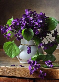 Vase of violets