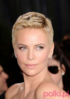 Love the hair style Charlize Theron chose recently Short Pixie Haircuts, Pixie Hairstyles, Short Hair Cuts, Pixie Styles, Short Hair Styles, Charlize Theron Oscars, Super Short Hair, Atomic Blonde, My Hairstyle