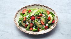 Grønn salat med jordbær og avokado