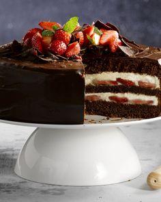 Deze feestelijke chocoladetaart is dé perfecte afsluiter van het kerstmenu. Versierd met aardbeien is dit dessert de blikvanger van de avond.