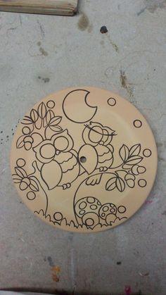 ceramica come mestiere: Fasi di lavorazione di un orologio in cuerda seca con gufi innamorati.