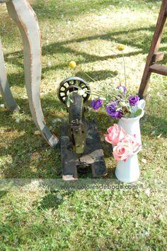 Máquina de coser y flores de detalle de libro de firmas