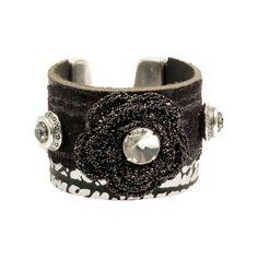 Brede armbandvan 2 leersoortenin zwart en zwart– zilver met slangenprint. De armband is voorzien van kant en een roosen Swarovski Crystals Stijl: bohemian chique Afmetingen:Lengte:18,5, breedte:4,5 cm Materiaal:leer,stof, Swarovskienmetaal,(nikkelvrij) Kleur:zwart, zilver, grijs Metaalkleur:antiek zilver Maat armbanden:dearmbanden zijn gemaakt in een redelijk gemiddelde standaardmaat. De maat van de armband en de polsmaat waarvoor de armband geschikt […]