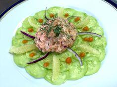 Tartare de saumon sur lit de carpaccio de concombre