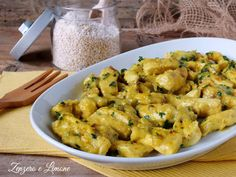 Questi straccetti di pollo alla curcuma sono secondo piatto gustosissimo e pratico, perfetto per la cucina di tutti i giorni. Successone garantito!