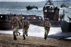 Mariniers demonstreren een amfibische aanval vanuit landingsvaartuigen.
