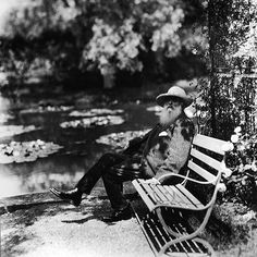 Claude Monet sitting by his water lilly pond in Giverny, France 1910 Alexander Calder, Piet Mondrian, Louise Bourgeois, Wassily Kandinsky, Henri Matisse, Claude Monet, French Impressionist Painters, Impressionist Paintings, Chuck Close