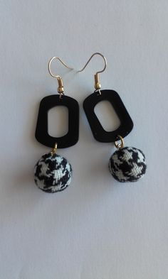 Dangle & drop earrings with black plexiglas component and fabric bead (petit plaid) / Minimal earrings / Plexiglas earrings / Simple and elegant earrings for everyday use Length : cm Drop length : cm Width : cm Weight : 2 grams (each) Simple Earrings, Drop Earrings, Fabric Beads, Minimalism, Dangles, Plaid, Shop, Handmade, Etsy