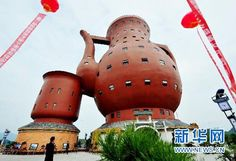 At meters in height, and featuring a floor area of over square meters, this unique teapot museum of Meitan in China is the world& biggest teapot-shaped building. Chinese Greens, Chinese Tea, Crazy Houses, China Teapot, Teapots Unique, Unusual Buildings, Tea Culture, Unique Architecture, My Cup Of Tea