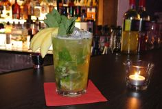 Cocktailkurs - Fun - Just for fun... Jeden ersten Mittwoch im Monat bei Metropolitan Drinks gerührt oder geschüttelt - Wo ist denn da der Unterschied? Nach unserem Cocktailkurs - Fun wissen Sie das. Lassen Sie sich einführen in die Welt der bunten Cocktails und der spannenden Bar - Geschichten. Wir zeigen Ihnen, wie Sie in Zukunft Ihre Gäste mit köstlichen Cocktails verwöhnen können. Ob mit oder ohne Alkohol: Lernen Sie Insider-Tricks, die Sie zum Mittelpunkt jeder Party machen können.