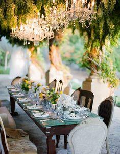 Une décoration de table d'été rustique chic via l'absence de nappe mais de la vaisselle élégante