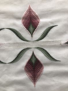 Broderie Bargello, Plastic Canvas Stitches, Hardanger Embroidery, Quilted Table Runners, Flower Wallpaper, Needlepoint, Diy And Crafts, Pattern, Cross Stitch Embroidery