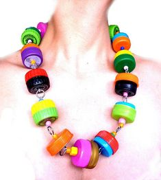 Collar hecho con tapones de plástico de colores