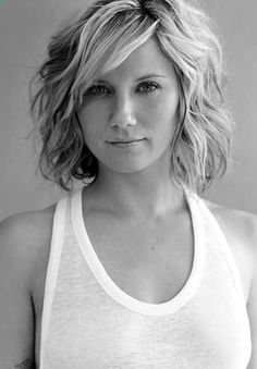 Medium Wavy Hairstyle: Summer Haircuts for Women Over 30- 40
