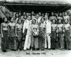 http://www.balimediainfo.com/2013/10/kumpulan-foto-foto-kuno-pulau-bali.html