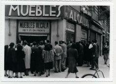 Marketing de los años 50, un mimo llama la atención de los viandantes. Alcalá 118 Madrid