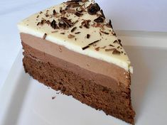 Cu aceasta reteta de tort cu trei straturi de ciocolata iti vei da pe spate invitatii pretentiosi. Reteta ne-a fost trimisa de Violeta Postolache, din Galati.
