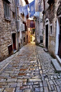 Ko hodiš bosonog po tlakovcih ... nostalgična <3  Rovinj, Hrvatska