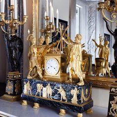 Koning Lodewijk Napoleon bestelde vanaf 1808 een aantal bijzondere klokken als deel van het empiremeubilair van zijn paleis. De pendule in de Burgemeesterskamer toont de eed van de Horatii waarop drielingbroers uit de familie Horatius hun vader beloven Rome tot de dood te verdedigen. De voorstelling gaat over vaderlandsliefde en is gebaseerd op een beroemd schilderij van de Franse hofschilder Jacques Louis David nu in het Musée du Louvre in Parijs. - #PalaceStories #PaleisvanLodewijkNapoleon