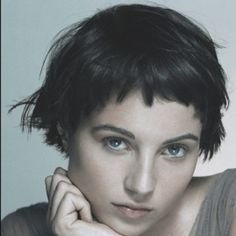I'm not sure I can do the super short bangs with my five-head, but I love how messy, sexy this is.