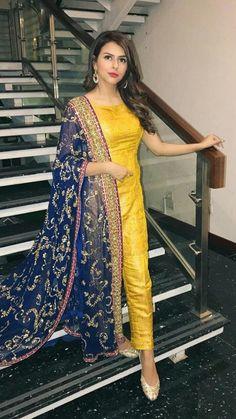 Best 12 Yellow Mehndi Outfits – Waliya Najeeb at a Wedding Party Wear Indian Dresses, Pakistani Fashion Party Wear, Dress Indian Style, Indian Gowns Dresses, Pakistani Outfits, Indian Outfits, Indian Wear, Party Dress, Stylish Dress Designs