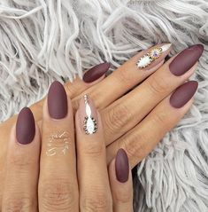 Almond nails are popular for a long time. I very like this shape of nails because it is very feminine, bold and seductive.