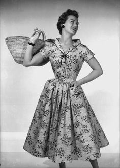 Love this pretty floral print dress from October 1955. #vintage #1950s #fashion #dresses