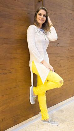 Look calça jeans destroyed amarela