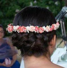 Detalle recogido novia trenzado con detalle de corona de flores.