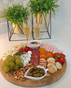 Charcuterie Recipes, Charcuterie Platter, Charcuterie And Cheese Board, Cheese Boards, Party Food Platters, Cheese Platters, Grazing Food, Appetizer Recipes, Appetizers