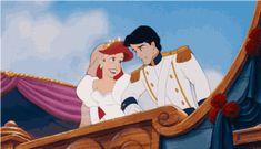 ariel de la sirenita al lado del príncipe el día de su boda