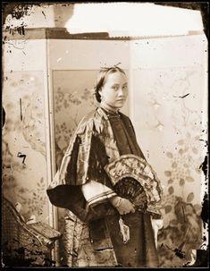 広東省広州市(1869年~1871年) 扇子を持ち屏風の前に立つ広東人女性