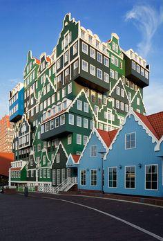 ホテル全体の外観。いろんな住宅を積み木のように重ねたような不思議なデザインでこのエリアのランドマーク的な存在になっているそうですよ。アムステルダム スキポール空港へのアクセスへも便利とのことです。
