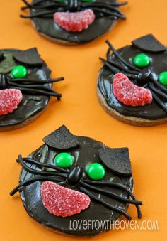 Halloween Cookies (I think I'd like a white kitty better) Black frosting doesn't look tasty