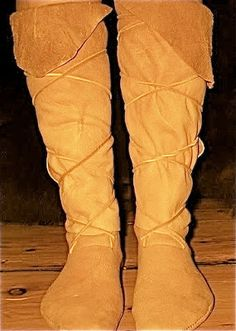 make your own DYI high top moccasins Native American Moccasins, Native American Clothing, First Nations, Sock Shoes, Shoe Boots, Moccasin Boots, How To Make Shoes, Leather Projects, Historical Clothing