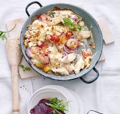 Frische Gnocchi backen wir heute noch mal im Ofen mit Feta und frischen Tomaten.